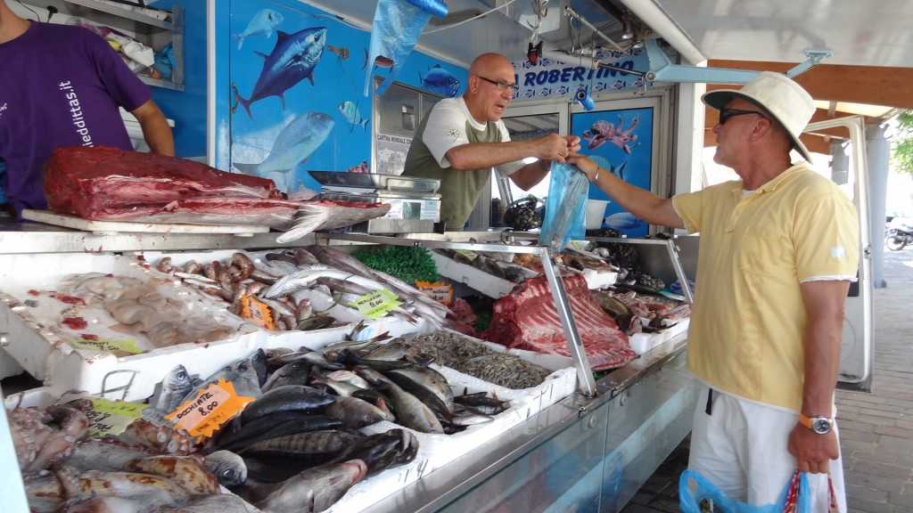 Das Thunfischfilet wird überreicht.