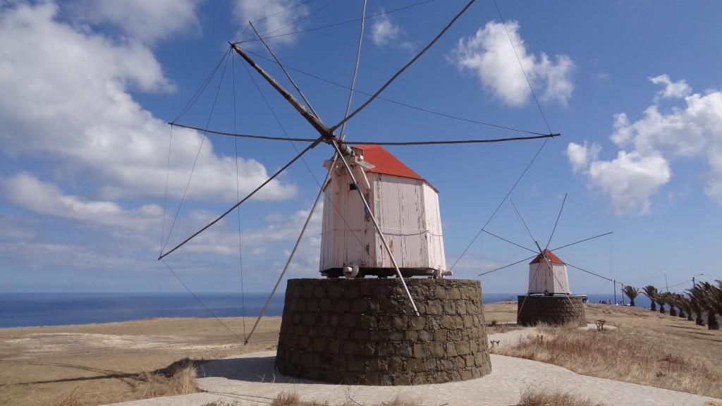 Bei den Windmühlen auf Porto Santo muss sich die ganze Hütte in den Wind drehen